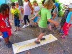 Die Kinder probieren den Schwänzeltanz als Kommunikationsmitte aus, um vorher versteckte Süßigkeiten zu finden – es funktioniert!